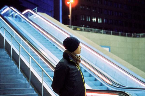 Cinestill 35mm Analogfotografie Berlin bei nacht mit Modell