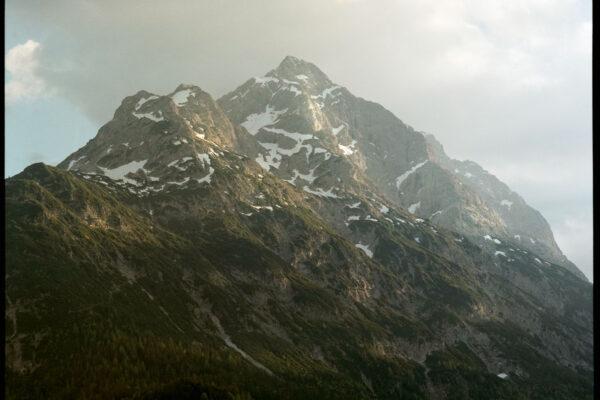 Analog Mittelformatbild Berg im Sonnenuntergang mit Schnee