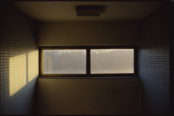 Licht scheint durch urbanes Gebäude Analogfotografie