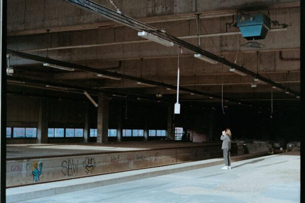 Mittelformat Analogfoto in urbaner Location mit Lichteinfall und Fotografin