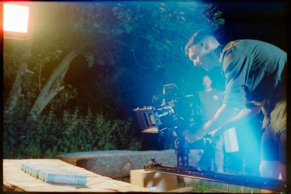 Analog Spätlight Film auf Filmset für Imagefilm mit RED auf Slider bei nacht